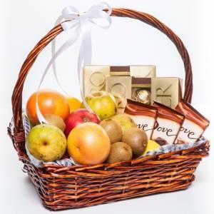 Подарочная корзина с фруктами и сладким R335