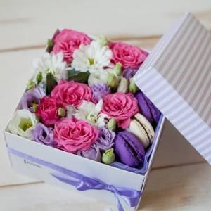 Коробочка-комплимент с макаронсами и цветами R1243