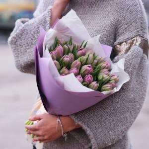 Букет нежных тюльпанов 25 штук с оформлением R1335