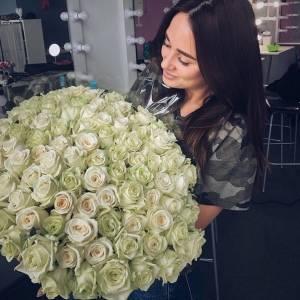 Букет 101 белая роза с лентами или оформлением R154