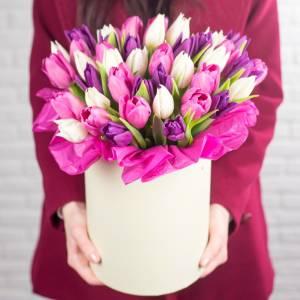 35 разноцветных тюльпанов в коробке R189