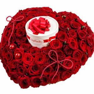 Коробка 101 красная роза в виде сердца с Raffaello R98