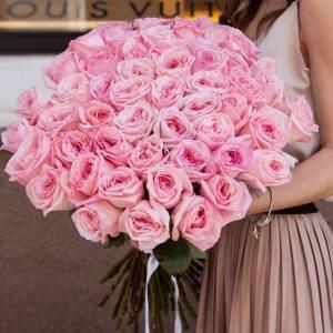 Букет из 51 пионовидной розовой розы с лентами R145