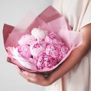 Нежный букет 9 розовых пионов с оформлением R82