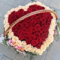 Большая корзина 151 роза сердце и макаронсы R545