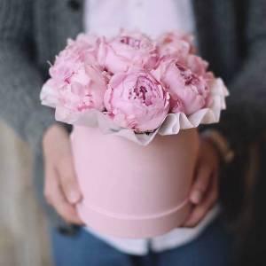 Коробка 9 розовых крупных пионов R1750
